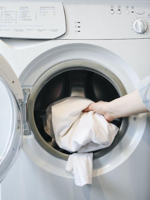 brudne jasne rzeczy wkładane do pralki