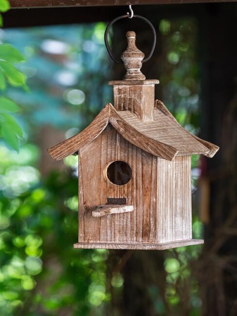 kKarmnik dla ptaków DIY wykonany z drewna