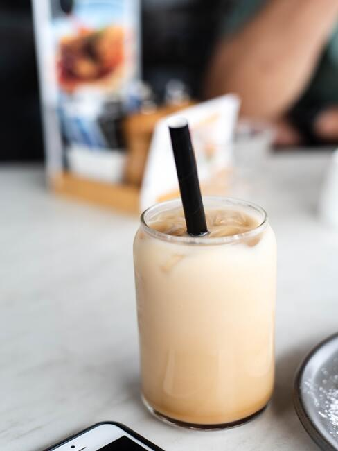 Chai latte w szklance ze słomką