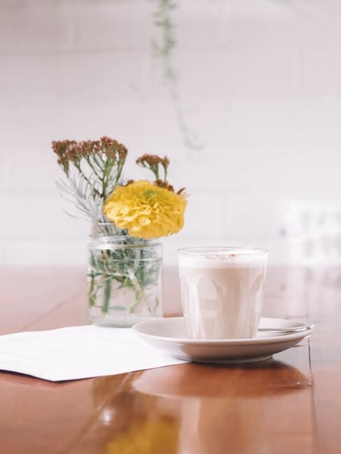Chai latte ustawione na stole z kwiatami