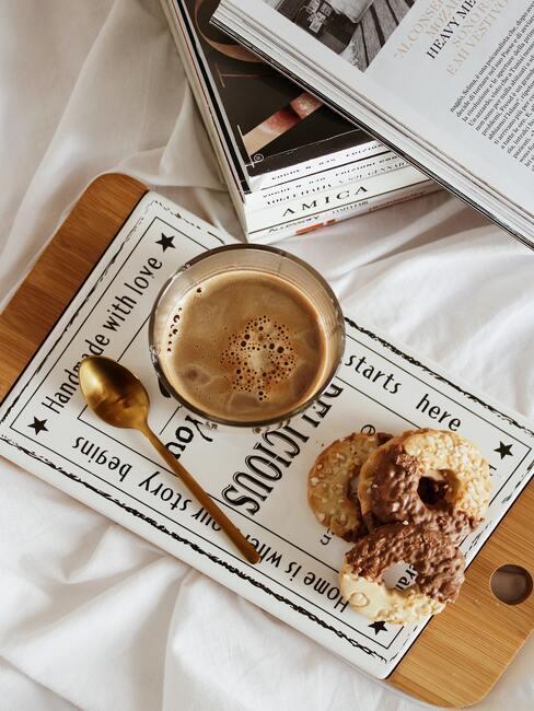 Chai latte podane z ciasteczkami