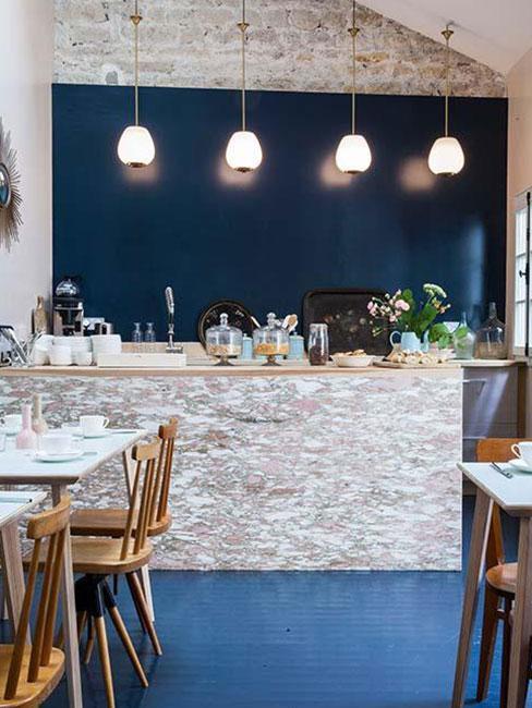 Kawiarnia w stylu boho w paryskim hotelu L'Hotel Henriette