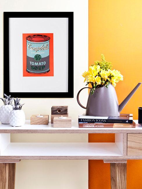 Konsola z Konewką, drukiem Campbells Andy'ego Warhola na tle żótej ściany