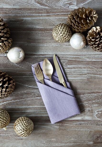 Bawełniana, złożona serwetka na drewnianym stole