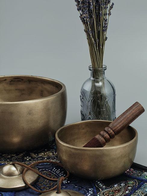 misy tybetańskie i dzwonki do medytacji na stoliku obok lawendy