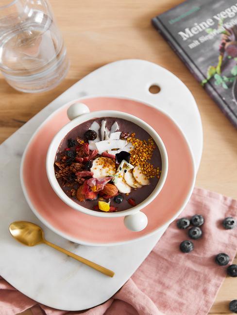 Smoothie bowl podane na pastelowych talerzach