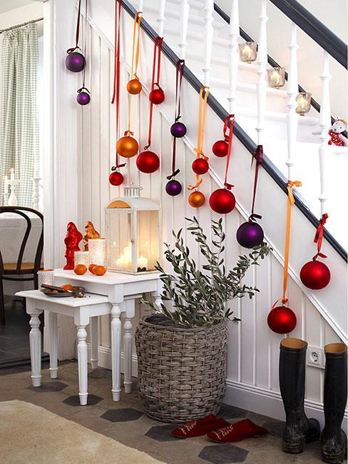 Schody przystrojone bombkami świątecznymi