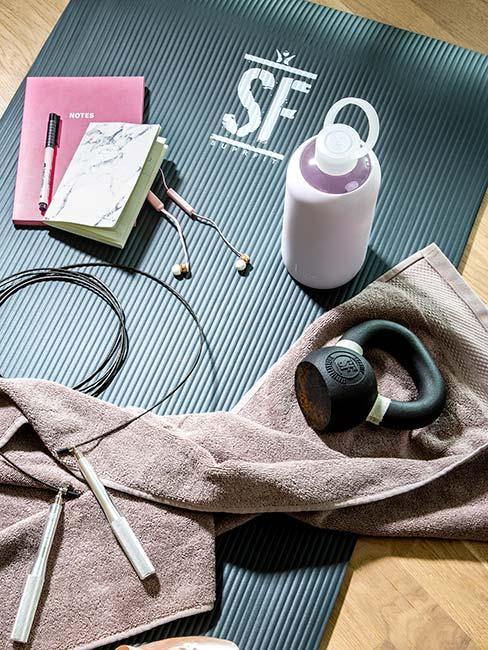 Mata do świczeń z bidonem, ręcznikiem, ciężarkiem i notesem