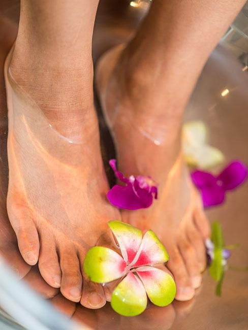 Zbliżenie na stopy w kwiatowej kąpieli