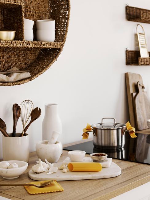 Zbliżenie na drewniany blat w kuchni w stylu skandynawskim z akcesoriami oraz jutową pólkę na naczynia