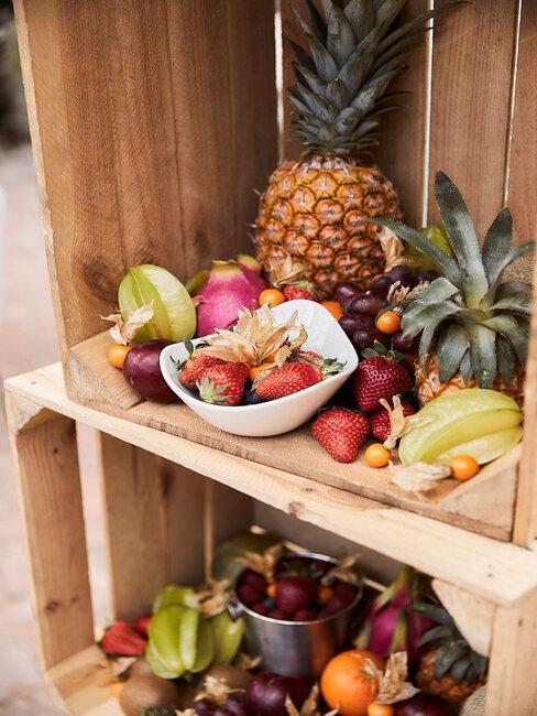 Owoce w drewnianej skrzynce