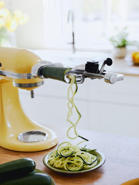 zółty robot kuchenyy ze specjalną końcówką do wykrawania cukinii