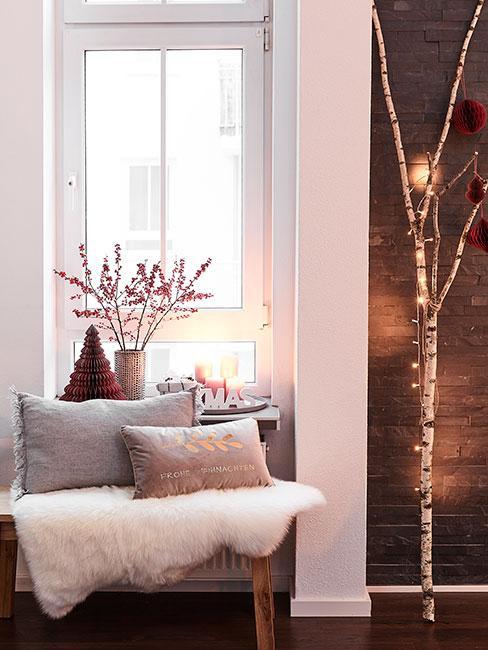 Dekoracja świąteczna na parapet z czerwoną choinką paieru i gałązkami głogu w wazonie