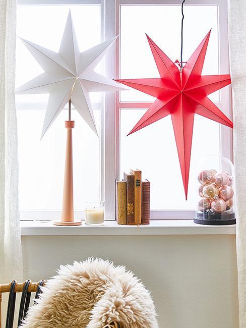 paprapet ozdobiony dekoracjami świątecznymi, białą i czerwoną papierową gwiazdą