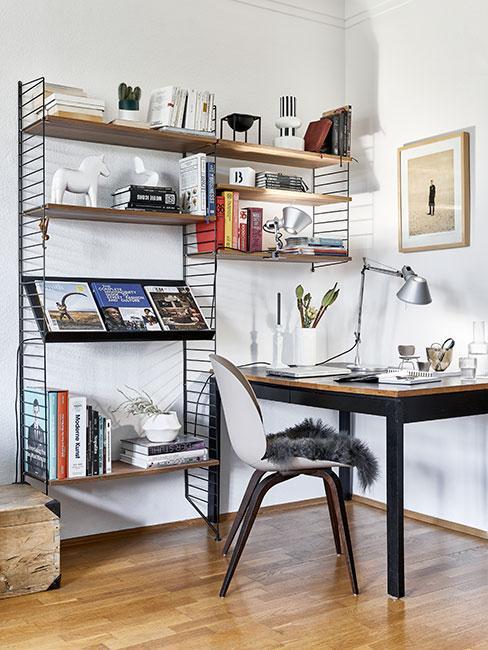 Nowoczesny pokój z biurkiem i półką z książkami