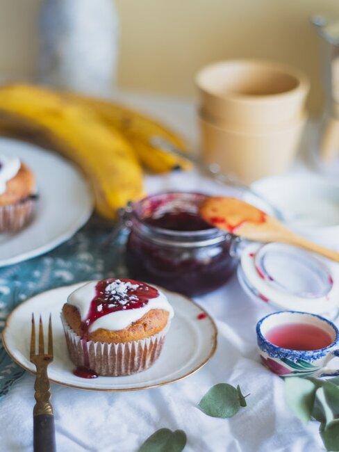 Muffin bananowy polany konfiturą