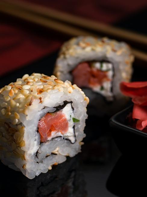 Zbliżenie na maki sushi z wędzonym łososiem i serkiem śmietankowym
