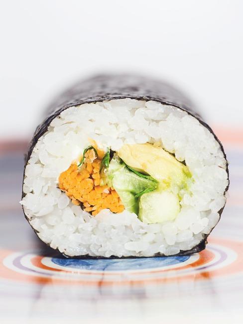 Rolska sushi na kolorowym talerzu