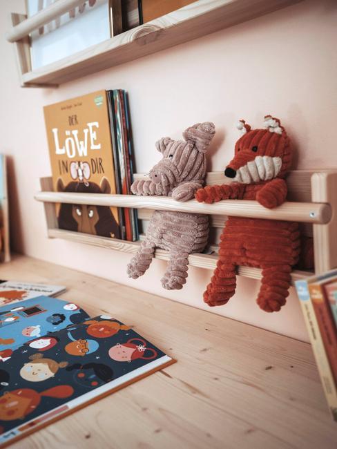 Zbliżenie na drewnianą szafkę na zabawki w pokoju dziecięcym