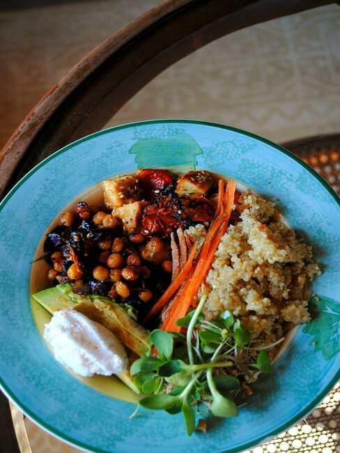 Niebieska, głęboka mista z budda bowls z cieciorki, amarantusa i warzyw