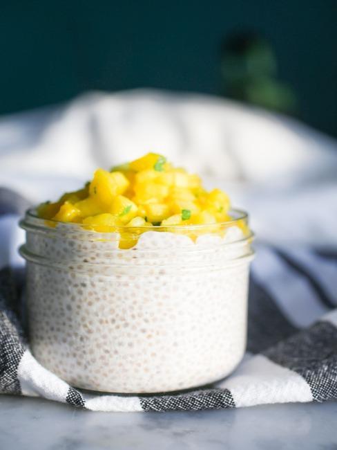 Pudding zrobiony z nasion chia z dodatkiem mango