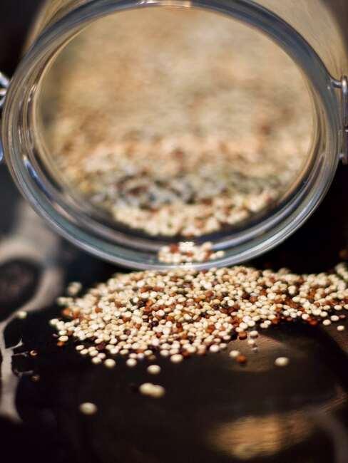 szklany słoik z quinoą