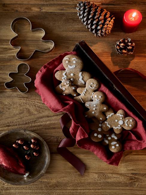 Pierniczki swiąteczne na czerwonej serwetce na drewnianym stole