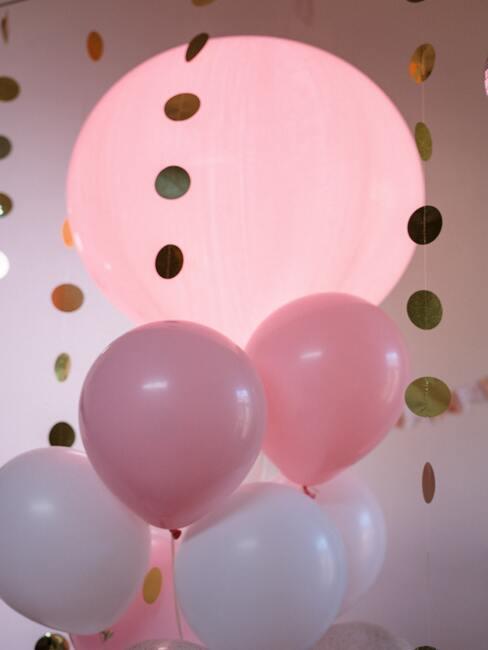 Różowe balony i złota girlanda