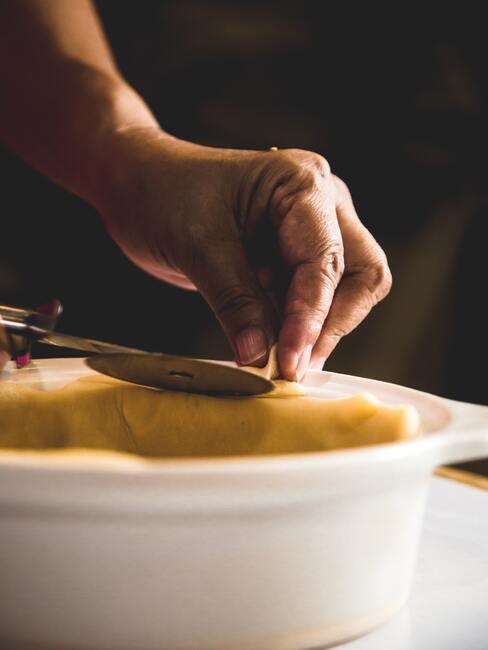 Kobieta wykładająca tarte quiche
