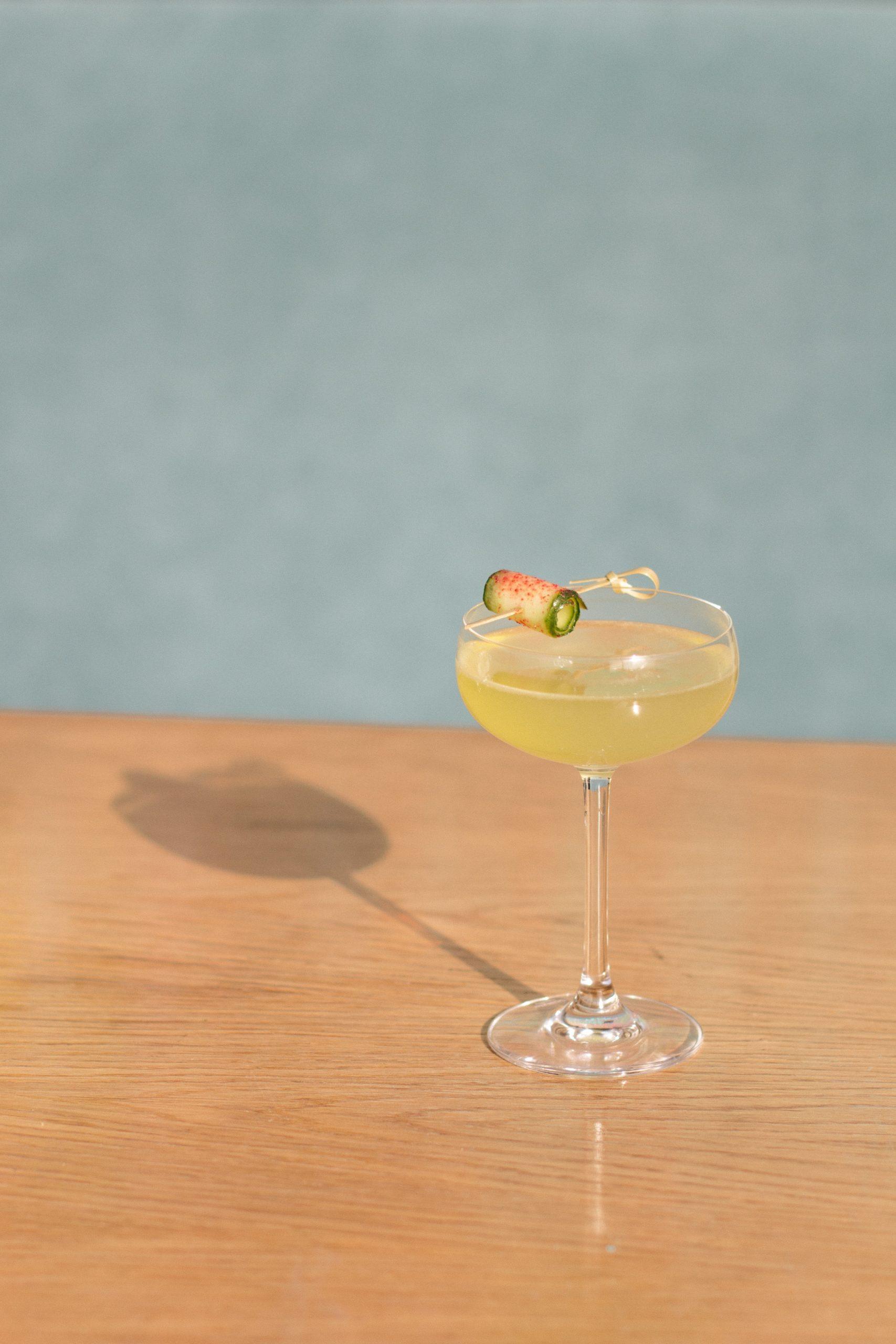 Gin fizz ozdobione ogórkiem