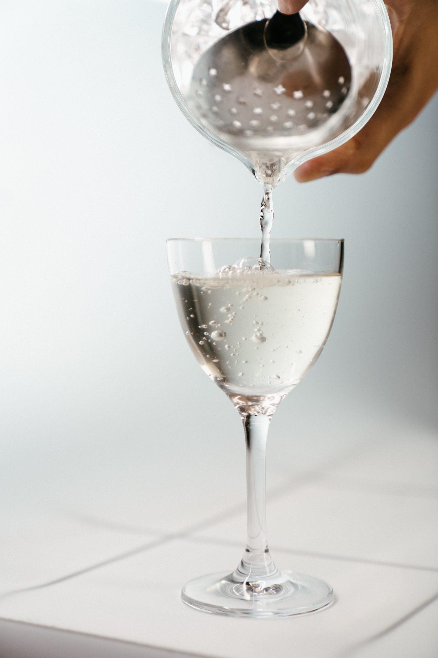 Osoba nalewająca Vodka Martini