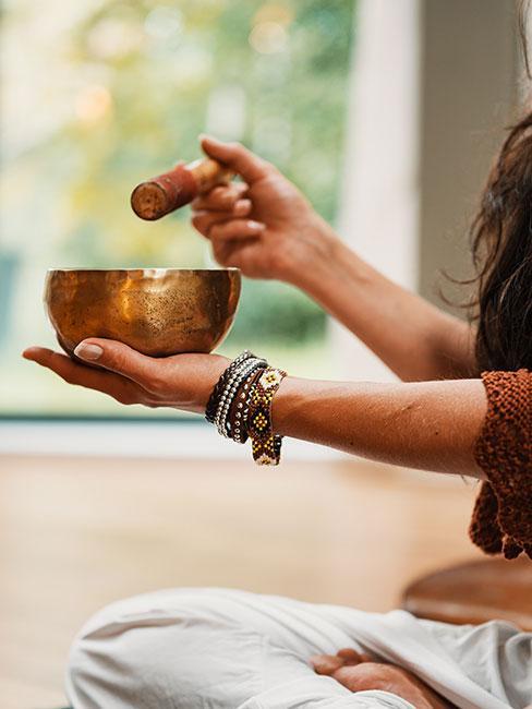 kobieta medytująca z miską tybetańską