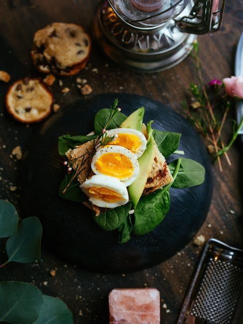 Czany talerz z kanapką z awokado i jajkiem