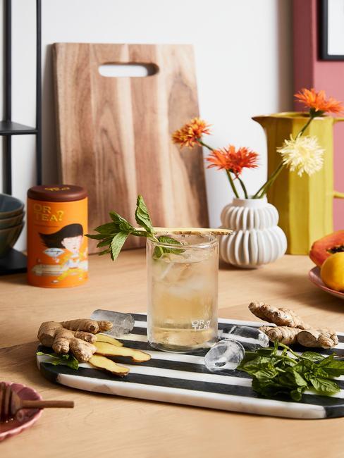 Zbliżenie na szklankę z naparem z imbiru na blacie w kuchni