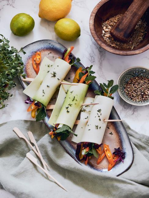 Talerz z wegańsmiki przekąskami na stole