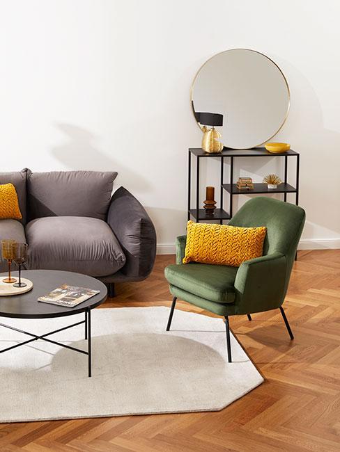 Salon z ciemną szarą sofą z aksamitu, zielonym fotelem z aksamitu i żółtymi poduszkami