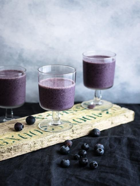 Trzy szklanki z smoothie jagodowym