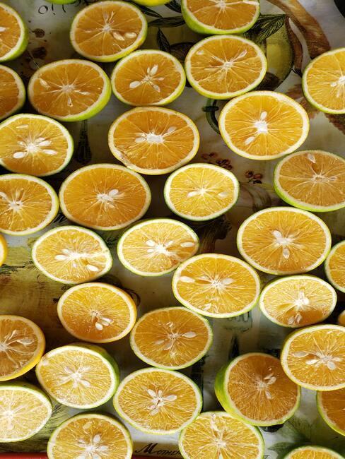 Cytryny przekrojone na pół