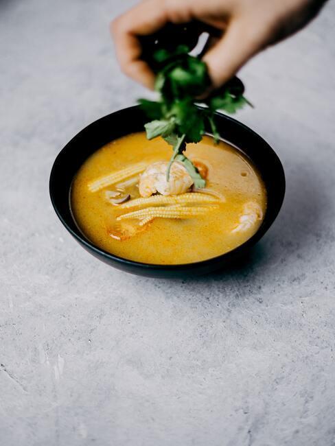 Zupa jesienna ozdobiona kukurydzą