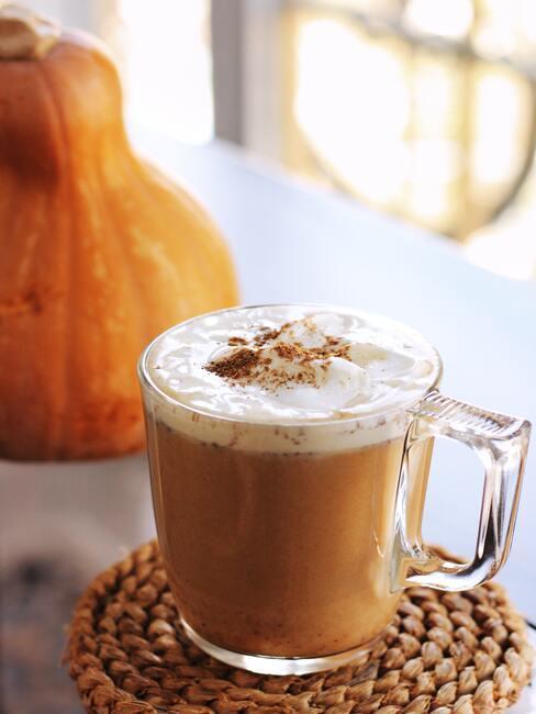 Zbliżenie na kawę pumpkin spice latte