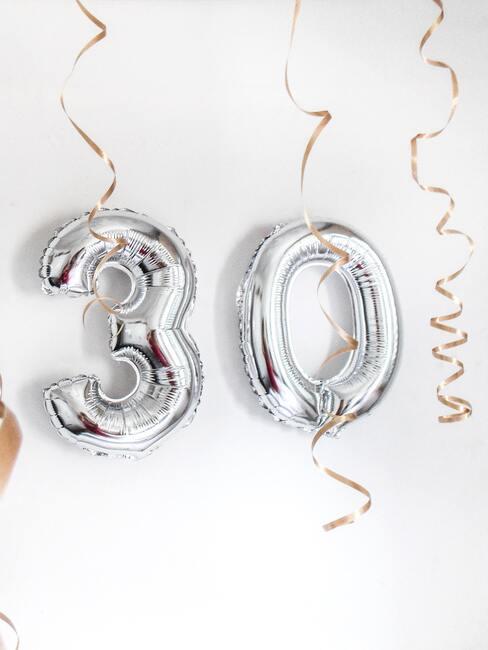 Zbliżenie na srebrne balony z ułożoną 30stką