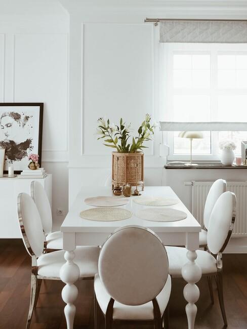 Jasna jadalnia z białym stołem i krzesłami