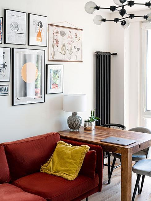 mały salon z czerwoną sofą i małym stołem do jadalni