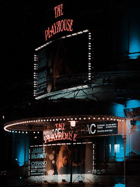 Wejście do teatru na londyńskim West Endzie podświetlone neonami