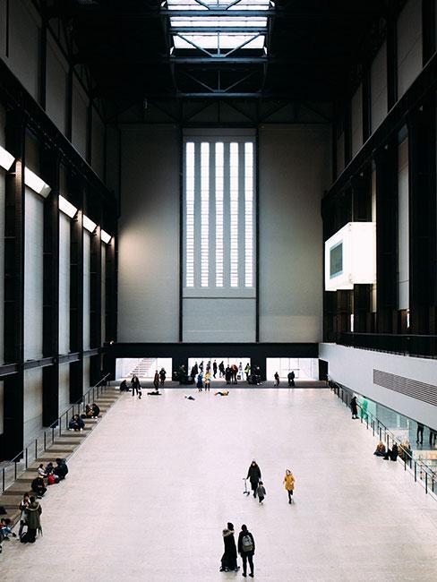 Wnętrze galerii sztuki nowoczesnej Tate Modern w Londynie