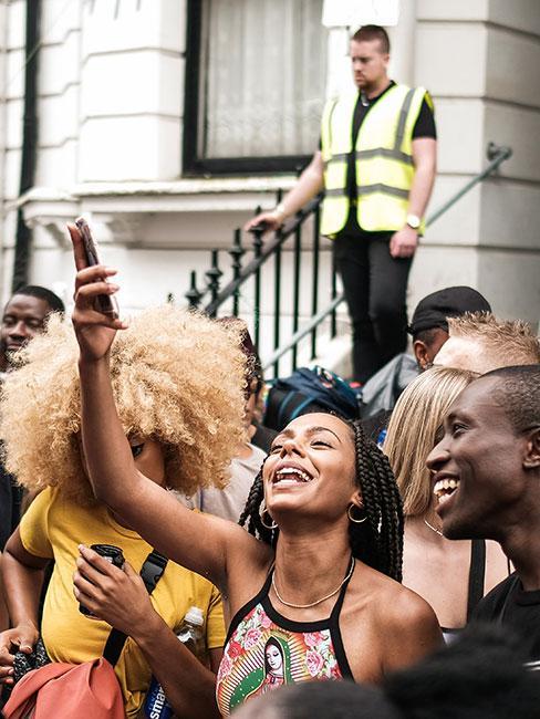 Ludzie na festiwalu uliczynm Notting Hill Carnival w Londynie