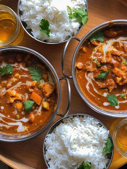 Zbliżenie na indyjskie curry z ryżem