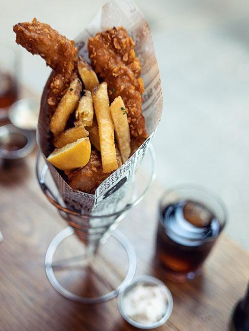 Zbliżenie na brytyjską rybę z frytkami podanej w gazecie