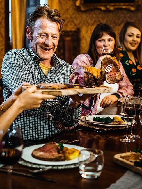 Ludzie w angielskie restuaracji jedzący Sunday Roast