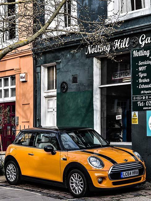 żółty samochód Mini Morris na ulicy w Notting Hill